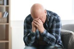 Starszy mężczyzna w stanie depresja zdjęcia stock