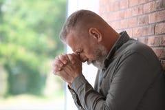 Starszy mężczyzna w stanie depresja blisko izoluje obraz stock