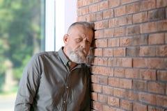 Starszy mężczyzna w stanie depresja blisko izoluje fotografia stock