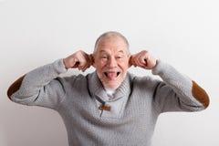 Starszy mężczyzna w szarym woolen pulowerze, studio strzał zdjęcie royalty free