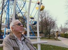 Starszy mężczyzna w wiosna parku obraz stock