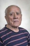 Starszy mężczyzna w zmroku - błękitna pasiasta koszula Zdjęcia Royalty Free