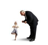 Starszy mężczyzna wrzeszczy przy młodą kobietą Fotografia Royalty Free