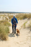 Starszy mężczyzna wycieczkuje z psem Zdjęcia Stock