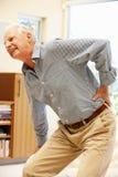 Starszy mężczyzna z backache zdjęcia royalty free