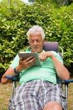 Starszy mężczyzna z cyfrową pastylką Zdjęcie Royalty Free