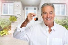 Starszy mężczyzna z domu kluczem Fotografia Stock