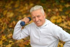 Starszy mężczyzna z dumbbell Obraz Royalty Free