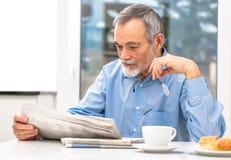 Starszy mężczyzna z gazetą fotografia royalty free