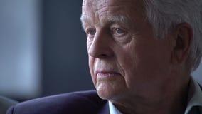 Starszy mężczyzna z gniewnym, skołatanym, niespokojnym i smutnym wyrażeniem, zdjęcie wideo