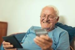 Starszy mężczyzna z kredytową kartą dla online bankowości obrazy royalty free