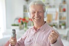 Starszy mężczyzna z mikrofonem Fotografia Stock