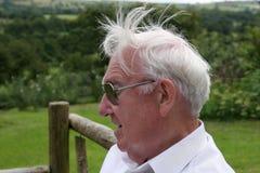 starszy mężczyzna z niebieskimi włosami white obraz royalty free
