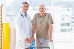 Starszy mężczyzna z terapeuta ono uśmiecha się przy kamerą Zdjęcia Royalty Free