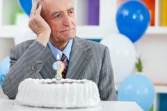 Starszy mężczyzna zapominał jak stary jest obrazy stock