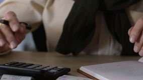 Starszy męscy mień rachunek za usługę komunalną, kalkulatorscy dochody i koszty, gospodarka zbiory