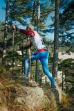 Starszy męski biegacz z północnych chodzących słupów halnym śladem up Fotografia Royalty Free