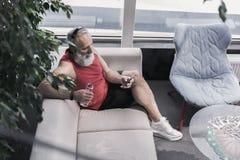 Starszy męski dopatrywanie przy ekranem telefon w sprawności fizycznej centrum fotografia royalty free