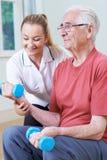 Starszy Męski działanie Z Physiotherapist Używa ciężary Obrazy Royalty Free