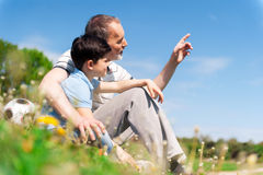 Starszy męski dziadek uczy chłopiec Obrazy Stock