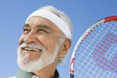 Starszy Męski gracz w tenisa ono Uśmiecha się obrazy stock