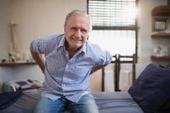 Starszy męski pacjent marszczy brwi z backache zdjęcia stock