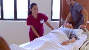 Starszy Męski pacjent Toczy Wzdłuż Szpitalnego korytarza zdjęcie wideo