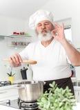 Starszy męski szef kuchni wewnątrz kithen obraz royalty free