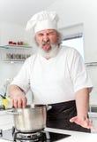 Starszy męski szef kuchni wewnątrz kithen fotografia stock