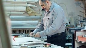Starszy męski właściciel biznesu pracuje w warsztacie jego ramowy studio Zdjęcia Royalty Free