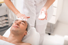 Starszy męski klient dostaje twarzowego skóry traktowanie Obraz Royalty Free
