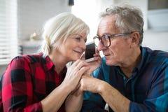 Starszy małżeństwo ma rozmowę telefoniczną wpólnie fotografia royalty free