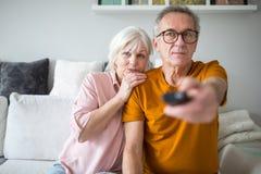 Starszy małżeństwo ogląda tv wpólnie obraz stock