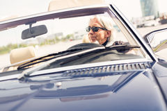 Starszy mężczyzna Jedzie Odwracalnego Klasycznego samochód Obraz Royalty Free