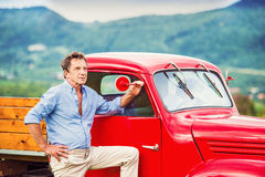 Starszy mężczyzna z czerwonym samochodem Fotografia Royalty Free