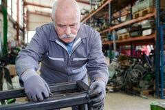 Starszy mechanik pracuje w fabryce fotografia royalty free