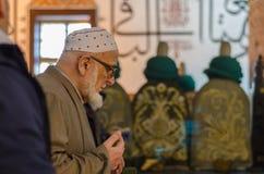Starszy muzułmański mężczyzna ono modli się obraz royalty free