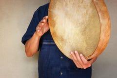 Starszy muzyk bawić się etnicznego bęben. Obrazy Stock