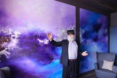 Starszy nowożytny mężczyzna używa VR szkła zabawiających out i wiszących Obrazy Stock