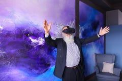 Starszy nowożytny mężczyzna używa VR szkła zabawiających out i wiszących Fotografia Stock