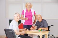 Starszy obywatele bawić się Bingo w karmiącym domu Zdjęcia Royalty Free