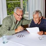 Starszy obywatele rozwiązuje rzeszota Fotografia Royalty Free