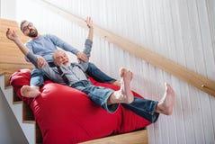 Starszy ojciec indoors w domu i, mie? zabaw? zdjęcie royalty free