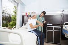 Starszy pacjent I pielęgniarka Patrzeje Each Inny Zdjęcie Stock