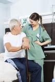 Starszy pacjent I potomstwo pielęgniarka Patrzeje Each Inny Obrazy Stock