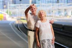 Starszy pary czekanie dla pociągu przy stacją kolejową Obraz Royalty Free