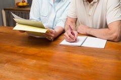 Starszy pary czytanie, writing i Fotografia Stock