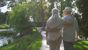 Starszy pary obejmowanie podczas spaceru w parku zdjęcie wideo