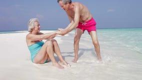 Starszy pary obsiadanie Na Pięknej plaży zdjęcie wideo