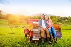 Starszy pary obsiadanie w plecy czerwona furgonetka fotografia stock